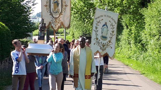 Les Paroissiens De Pouilly En Auxois Procession Vers Notre Dame Trouve